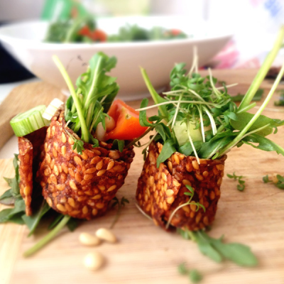 Appel-kaneel lijnzaadsushi met salade